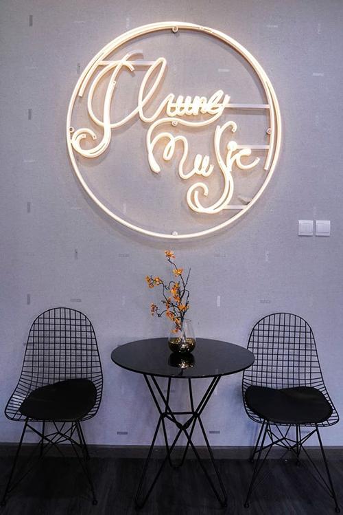 Phòng khách cũng được đặt bàn trà nhỏ có thể dùng để tiếp khách hoặc ăn trưa. Tôi có thể ngồi nói chuyện, thưởng thức cafe, ăn cơm hoặc ngôi mang giày ở đây, anh nói.