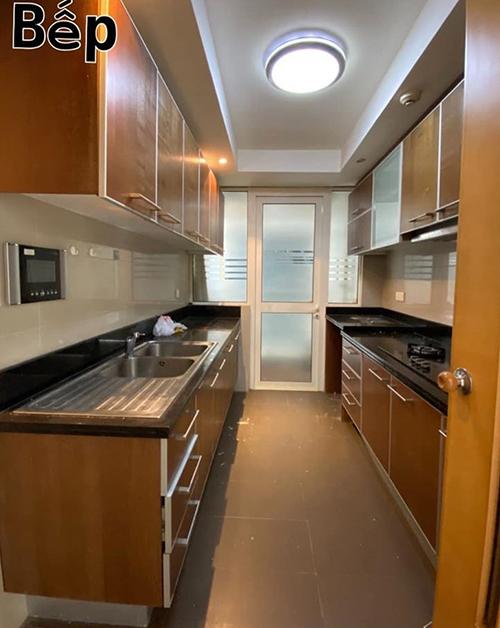 Thực trạng căn bếp ban đầu với màu gỗ tối.