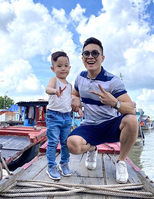 Hoàng tử xiếc Quốc Cơ và con trai hào hứng ngồi thuyền đi xem chợ nổi, tìm hiểu cuộc sống của người dân vùng sông nước.