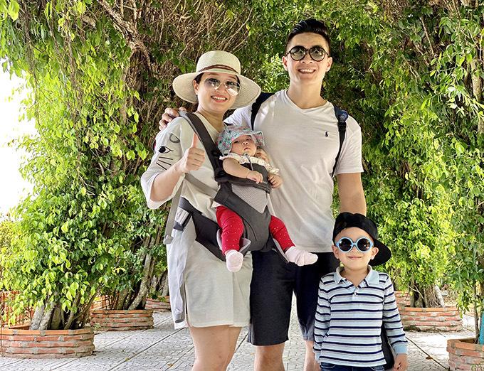 Bé Dâu mới gần 4 tháng lần đầu du lịch cùng bố mẹ và anh hai Bắp.