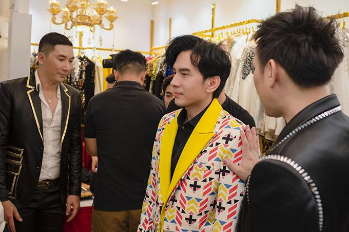 Nguyên Vũ và Nam Phong chọn vest cho Đan Trường. Bộ trang phục hoạ tiết độc đáo khiến anh Bo trông lịch lãm và nổi bật.