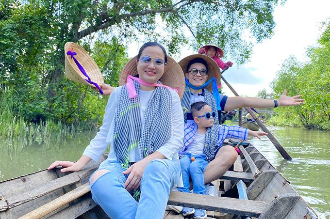Gia đình Hồng Phượng đội nón lá, quàng khăn rằn ăn mặc giản dị như người địa phương.