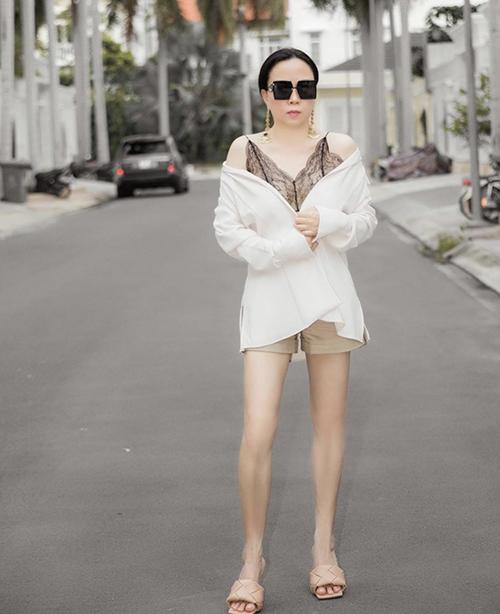 Trên set đồ trắng - đen cùng short màu trung tính, doanh nhân Phượng Chanel chọn sandal mũi vuông hot trend mùa hè để mix đồ.