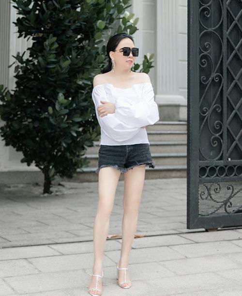 Xu hướng diện short jeans rách, tôn chân thon nhiều sao Việt ưa chuộng cũng được Phượng Chanel cập nhật để gây sức hút cho trang phục dạo phố.