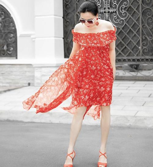 Ngoài các kiểu áo blouse, sơ mi tông trắng quen thuộc, Phượng Chanel chọn thêm các kiểu váy sắc màu để mix đồ mùa hè.