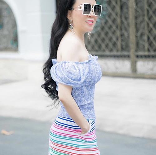 Cùng với các bộ cánh khoe khoảng hở và phù hợp xu hướng mùa hè, Phượng Chanel không quên lăng xê các mẫu phụ kiện hàng hiệu đúng trend.