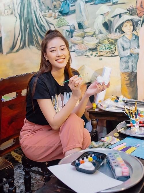 Hoa hậu Khánh Vân diện trang phục năng động.