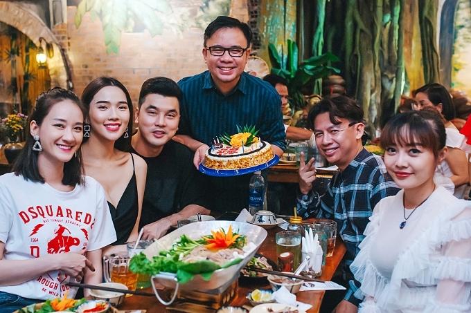 Stylist Nguyễn Thiện Khiêm (giữa) được Vũ Thu Phương chuẩn bị bánh kem mừng sinh nhật muộn ở sự kiện.
