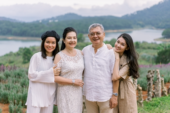 Thùy Dung (phải) tâm sự bố mẹ cô ngày xưa không có điều kiện chụp ảnh cưới. Do đó,