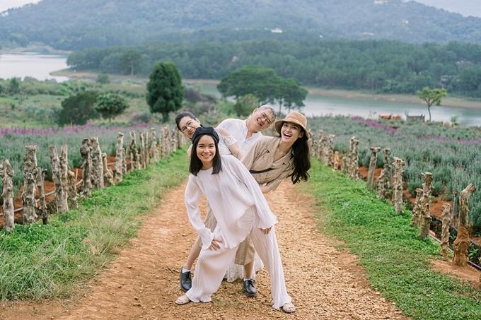 Do hai chị lớn đang ở nước ngoài, chì có Thùy Dung và chị gái Thùy An