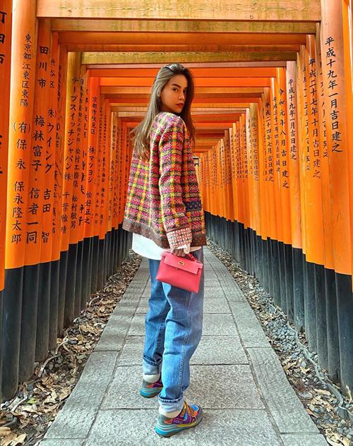 Chuyến đi bắt đầu từ ngày mùng 2 Tết, ngay khi cả nhà Hồ Ngọc Hà đón giao thừa và mùng 1 cùng nhau. Gia đình cô còn đi cùng nhà thiết kế Lý Quí Khánh và ca sĩ Quang Vinh - những người bạn lâu năm của giọng ca Cả một trời thương nhớ. Chính Lý Quí Khánh là tác giả của nhiều bức ảnh đẹp của Hà Hồ và giúp cô làm stylist. Bức ảnh được chụp tại ngôi đềnFushimi-Inari-taisha nổi tiếng.