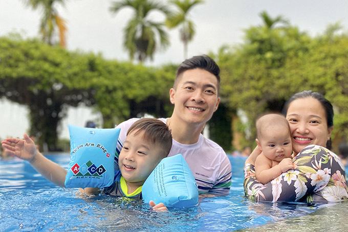 Họ nghỉ dưỡng tại một resort có hồ bơi và khung cảnh thiên nhiên bao quanh tuyệt đẹp.