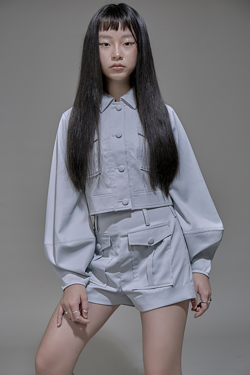 Có cơ hội tiếp xúc với thời trang thường xuyên nên Vicky Phương Anh cũng tự định hình được phong cách thời trang cho mình dù mới chỉ là học sinh cấp 2. Cô bé yêu thích sự mạnh mẽ, cá tính nhưng cũng luôn ưu tiên lựa chọn các trang phục tông màu tươi sáng phù hợp với lứa tuổi của mình.