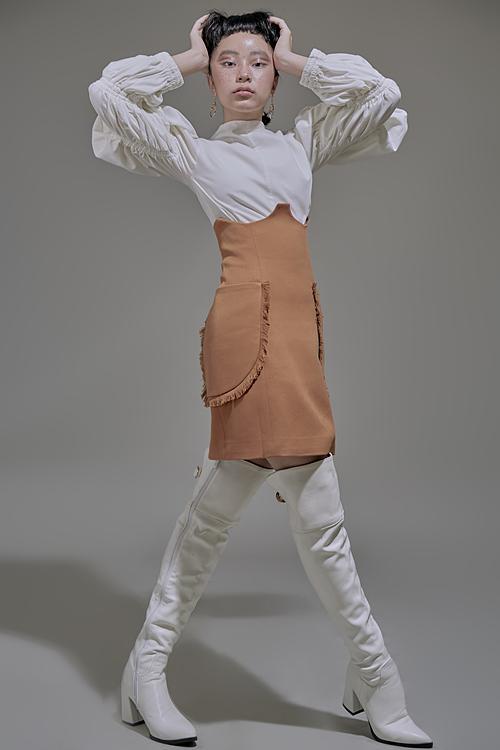Chân váy nâu và áo màu trắng là cách kết hợp nhanh nhất để tạo phong cách nổi bật nhưng vẫn thanh lịch.