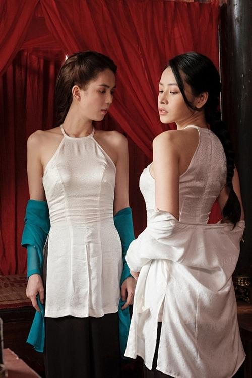 Ngọc Trinh, Chi Pu diện áo yếm khoe vai trần trong hình ảnh hậu trường.