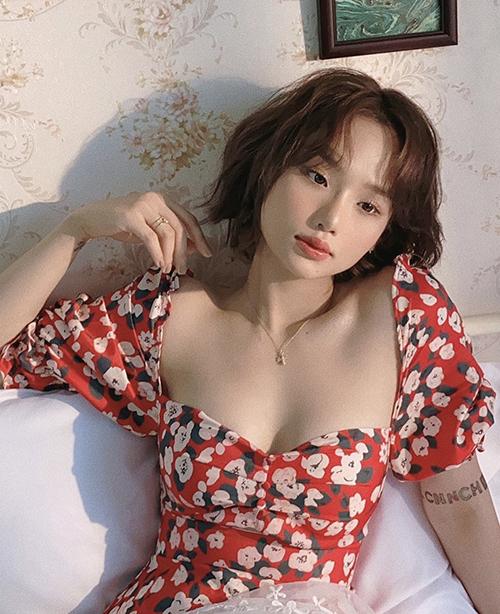 Những bộ cánh khoe khoảng hở, tôn nét sexy và nữ tính đều được Miu Lê chọn lựa để tôn ưu điểm.