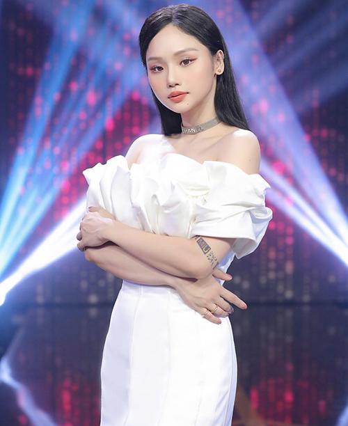 Vóc dáng mảnh mai giúp Miu Lê dễ sử dụng các kiểu đầm trễ vai, váy cocktail hợp xu hướng và cuốn hút hơn khi đi ghi hình.