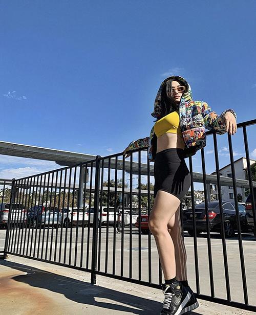 Trang phục năng động, đề cao sự trẻ trung và khoẻ khoắn vẫn được Miu Lê yêu thích. Cô chọn thêm các mẫu áo crop-top thể thao để mix trang phục bắt mắt hơn.