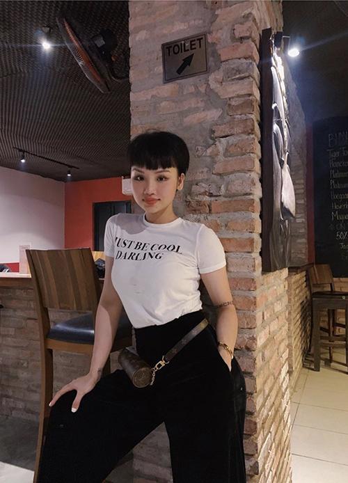 Trang phục tôn nét khoẻ khoắn, kiểu tóc và lối make-up tạo nên điểm nhấn riêng biệt thường được Miu Lê thích thú.