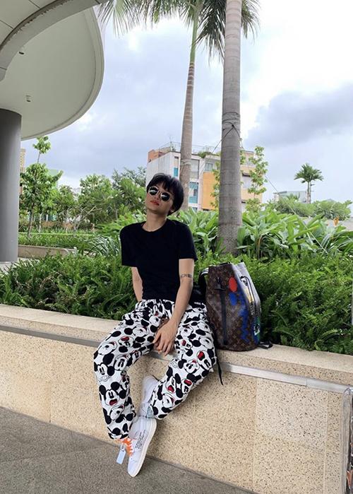Năm 2019, ca sĩ Miu Lê chuộng phong cách menswear và luôn thể hiện nét cá tính trong việc mix đồ cũng như phụ kiện.