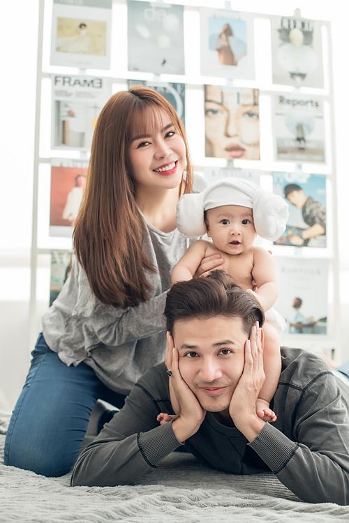 Bên cạnh đó, cặp vợ chồng nổi tiếng cũng thích chụp ảnh gia đình, lưu giữ những khoảnh khắc đáng nhớ bên con bởi cả hai biết rằng tuổi thơ của con sẽ không lặp lại lần thứ hai.