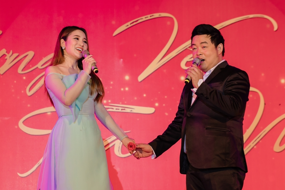 Hai nghệ sĩ song các ca khúc: Đêm tâm sự, Sầu tím thiệp hồng, Nhớ người yêu. Từng nhiều lần hát chung, cả hai nhanh chóng nhập vai trên sân khấu với cử chỉ tình tứ như đôi tình nhân. Điều này khiến các khán giả vô cùng thích thú.