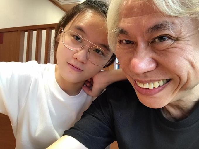 Valentine năm nay, nhạc sĩ Đài Loan 64 tuổi Lý Khôn Thành đăng một video clip kỷ niệm 7 năm yêu bạn gái kém 40 tuổi Lâm Tĩnh Ân, con gái của bạn thân. Đây là một trong những mối tình tốn giấy mực nhất xứ Đài. Và dù có nhiều ý kiến trái chiều xung quanh mối quan hệ của hai người, nhưng đôi tình nhân vẫn hạnh phúc, luôn tranh thủ vi vu khắp nơi.