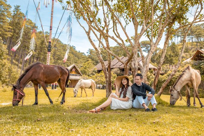 [Caption]Chia sẻ lý do chọn Lâm Đồng làm địa điểm chụp hình kỷ niệm 10 năm ngày cưới, Minh Hà cho biết, cô và ông xã đều yêu thích hòa mình vào thiên nhiên, luôn muốn tìm kiếm sự thanh bình khác xa cuộc sống quá ồn áo, náo nhiệt ở thành phố. Vì vậy, cả hai quyết định đến Tây Nguyên để tìm một nơi để tổ chức kỷ niệm ngày cưới vào cuối năm. Đến làng Cù Lần, vợ chồng cô và hai con đều cảm thấy choáng ngợp với thiên nhiên nơi đây nên ngẫu hứng thực hiện luôn một bộ hình làm kỷ niệm.