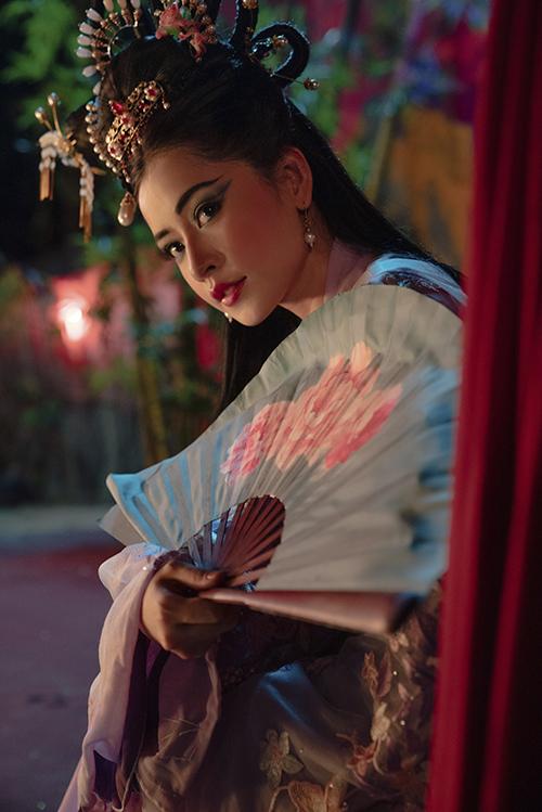 Phục trang cho các cảnh quay vào vai đào hát của Chi Pu được chăm chút tỉ mỉ từ váy áo cho đến các phụ kiện được làm thủ công, mô phỏng theo các tuồng cổ nổi tiếng.