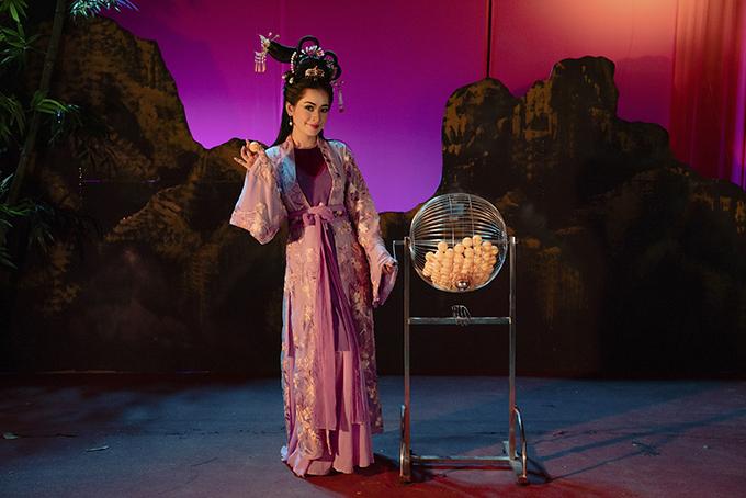 Để có được tạo hình đẹp trong MV, Chi Pu đã nhờ sự hỗ trợ của bộ phận phục trang gồm trang phục Hua Man, trang sức Ngô Mạn Đông Đông, phụ trách trang phục Beo, trợ lý phục trang Ngọc Trâm - Bảo uyên - Như Quỳnh.