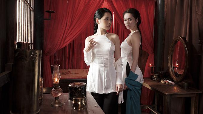 Trang phục gợi cảm duy nhất trong MV là mẫu áo yếm, vải trắng của Chi Pu (trái) và Ngọc Trinh (phải) trong phân đoạn đào hát Cải Lương đến cứu con gái nhà giàu bị nhốt vì lỡ đem lòng yêu kép hát.