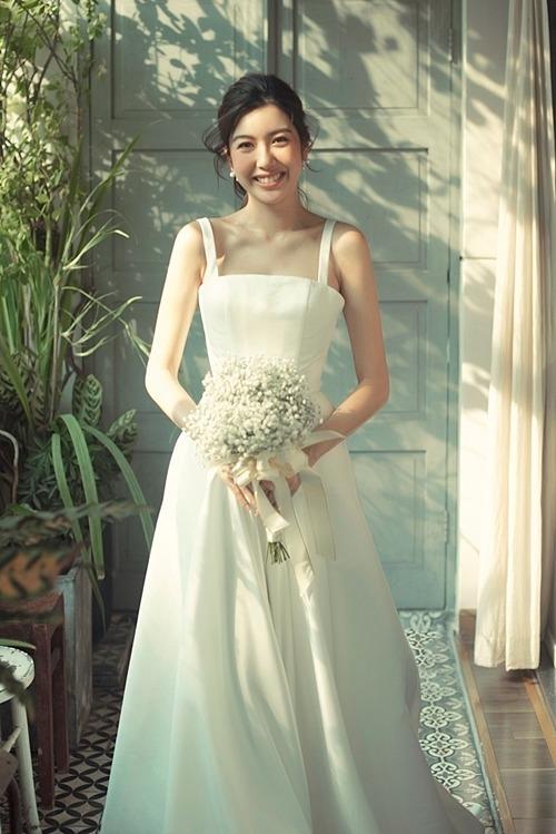 Thúy Vân mong muốn chiếc váy chụp ảnh có sự nhẹ nhàng, thoải mái và phù hợp tiết trời nóng bức của Sài Gòn.