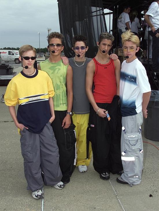 Chris (thứ hai từ trái sang) bên các thành viên của ban nhạc Dream Street.