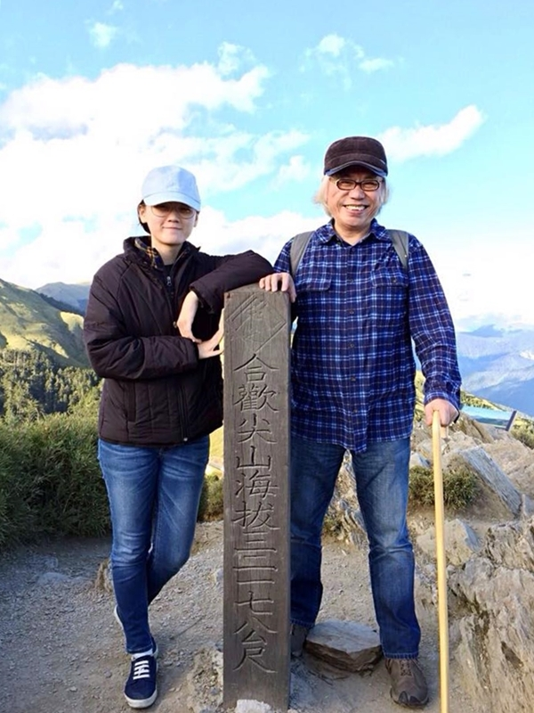 Vì sống ở Đài Trung nên đôi tình nhân lệch tuổi thường chọn những điểm du lịch trong khu vực. Dù không còn trẻ, đôi lúc phải chống gậy nhưngLý Khôn Thành không ngại leo núi ngắm cảnh cùng bạn gái. Cả hai check-in núi Hợp Hoan (Hehuan) nằm ở ranh giới giữa 2 tỉnh Nantou (Nam Đầu) và Hualien (Hoa Liên), một trong những điểm ngắm bình minh nổi tiếng nhất Đài Loan.