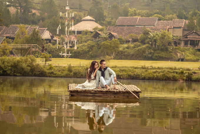Phong cảnh làng Cù Lần ở Đà Lạt tuyệt đẹp. Lý Hải - Minh Hà ngồi bè đi ngắm cảnh những nếp nhà đơn sơ ẩn khuất sau những lùm cây.