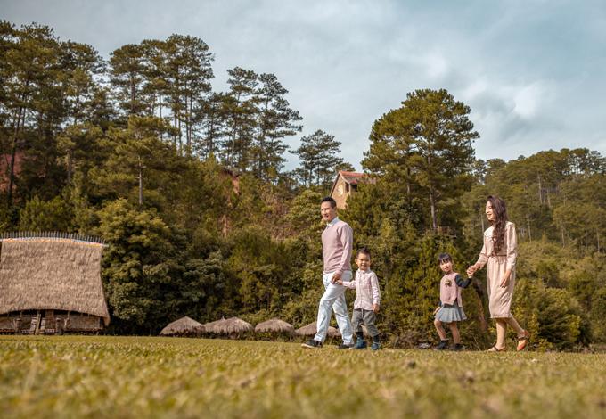 Gia đình Lý Hải ton-sur-ton hồng dạo chơi giữa thiên nhiên.