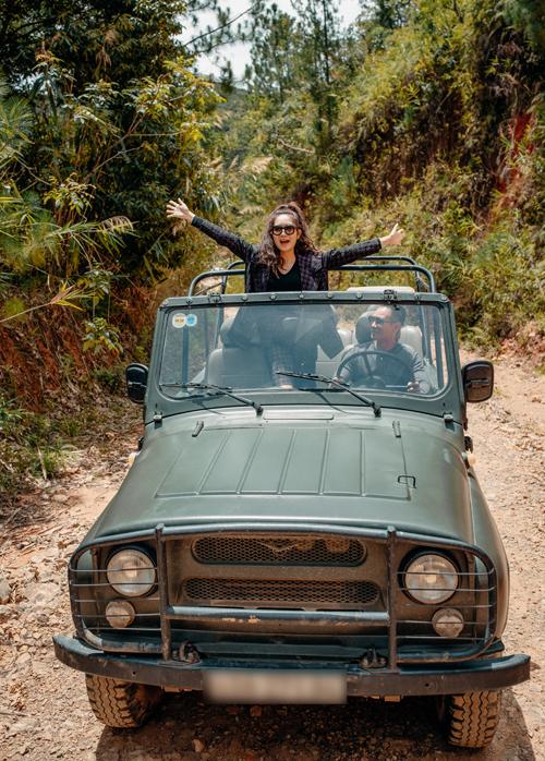 Giọng ca Trọn đời bên em còn lái xe jeep chở vợ vào rừng chơi.