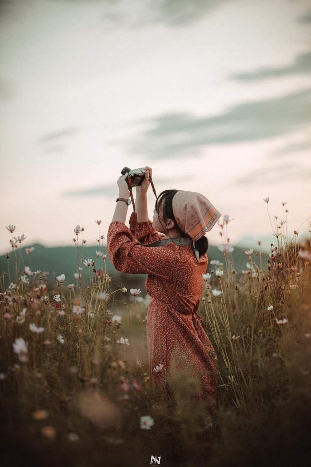 Giới trẻ thường chọn trang phục theo chủ đề, căn chỉnh góc ảnh và thời gian chụp để cho ra những tác phẩm nghệ thuật bên hoa.