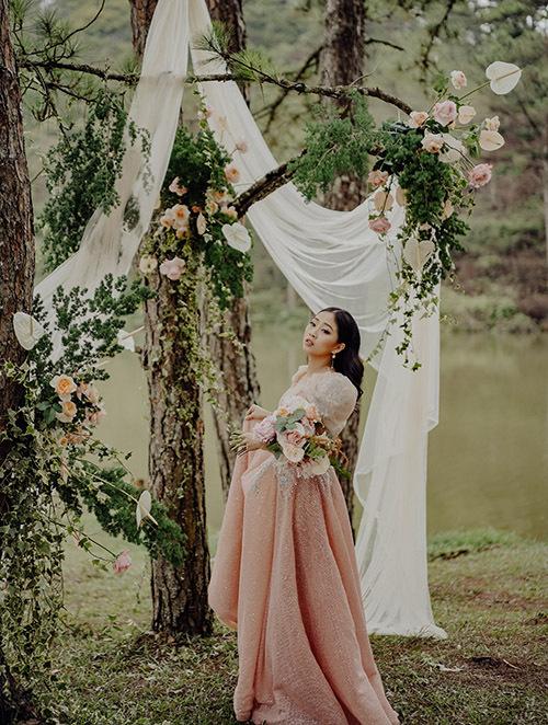 [Caption]Vừa qua, Hà Trinh đã có những bộ ảnh vô cùng ấn tượng theo từng bối cảnh độc đáo riêng biệt. Đầu tiên, cô nàng MC hóa thân như một nàng công chúa ngây thơ, ngọt ngào trong concept tone hồng pastel nhẹ nhàng. Bàn tiệc được trang trí tỉ mỉ và hoa tươi nhập khẩu.