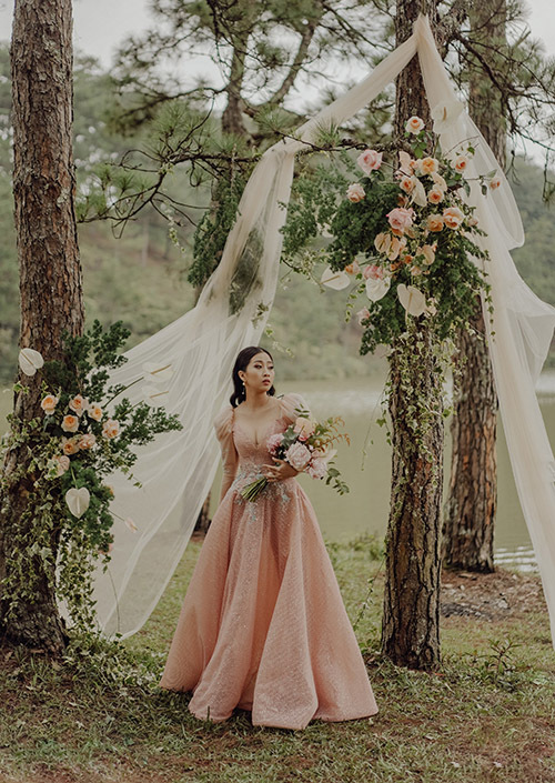 Khung cảnh thiên nhiên hoang sơ, vắng lặng ở đồi thông Đà Lạt làm cho Én vàng 2016 thêm nổi bật trong bộ váy cưới gam hồng.