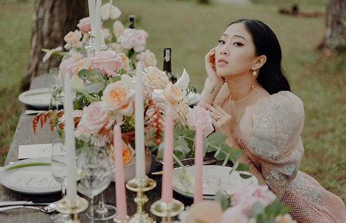 Liêu Hà Trinh tạo dáng bên bàn tiệc cưới trang hoàng đẹp mắt bằng nến, hoa hồng tươi nhập khẩu, rượu vang...