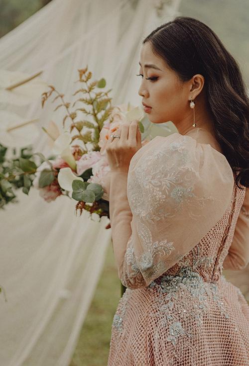 Nữ MC có kế hoạch tổ chức hôn lễ trong năm nay. Cô dự định mặc một thiết kế lộng lẫy cho nghi lễ cưới chính và các mẫu váy đơn giản, tôn đường cong khi đi chúc rượu, tiếp khách.