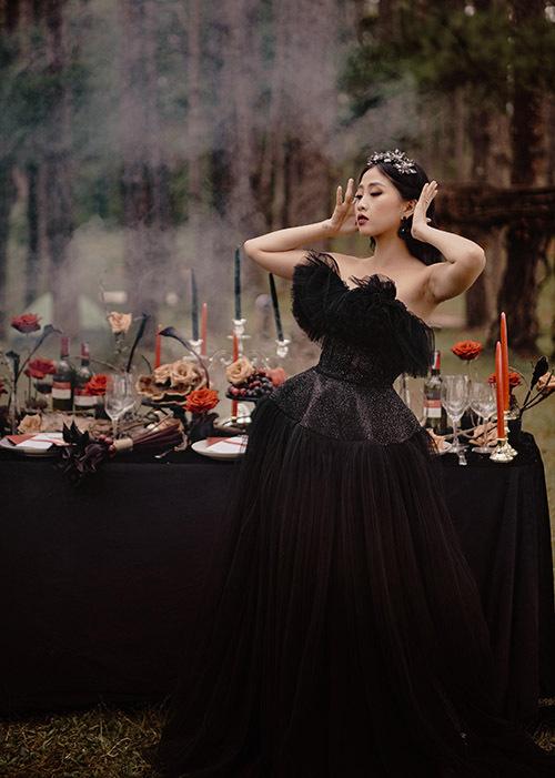 [Caption Concept theo tone màu đỏ đen được lấy cảm hứng từ khí phách của người phụ nữ hiện đại trong tình yêu, một chút đậm đà, một chút mãnh liệt của sắc đỏ, màu vốn luôn định danh cho sự đam mê và nhiệt huyết. Cùng với đó, Hà Trinh diện cho mình bộ váy cưới màu đen lộng lẫy mang đến cảm giác bản lĩnh, gợi cảm và huyền bí. Toàn bộ bối cảnh trở thành một tác phẩm nghệ thuật đủ cuốn hút và đủ ấn tượng cho mọi ánh nhìn.