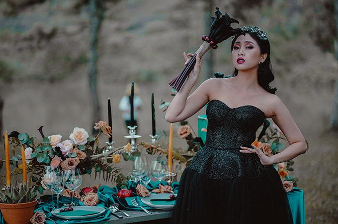 [Caption] Concept được đơn vị Moon Weddings & Events lên ý tưởng và thực hiện. Là một đơn vị hoạt động mạnh mẽ trong lĩnh vực Wedding, Moon luôn nhận được rất nhiều sự quan tâm của các cô dâu chú rể, bởi tính sáng tạo, chuẩn mực và chuyên nghiệp của mình.  Mang thông điệp: Sống như ý mình muốn. Cưới theo cách mình mơ, cho dù bạn là cô gái dịu dàng hay mạnh mẽ, cô gái thích sự giản đơn hay yêu sự cầu kỳ, hãy mơ ước và thực hiện một tiệc cưới để đời theo điều mình muốn. Với mong muốn Hiện thực hóa những giấc mơ trong ngày cưới, Moon luôn có thể biến hóa từ những không thể trở thành hoàn mỹ nhất. Một khu rừng có vẻ khô cứng, mộc mạc nhưng lại hóa thành một không gian của đại tiệc cảm xúc, từ chính những gia vị ngọt ngào, bí ẩn, sang trọng nhưng đầy mê hoặc và hấp dẫn của tình yêu.
