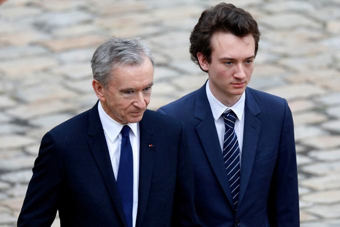 Tỷ phú Bernard Arnault cùng con traiFrederic trong sự kiện thời trang diễn ra vào năm ngoái tại Paris, Pháp. Ảnh: Reuters.