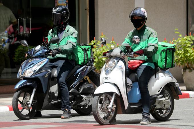 Nhân viên giao hàng ship đồ ăn giữa trời nắng nóng ở Thái Lan. Ảnh: Coconuts.