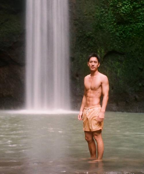 Ngô Vĩ Hào khoe thân hình 6 múi ở thác nước Tibumana hùng vĩ giữa rừng sâu. Để tới đây, du khách cần trải qua một đoạn đường khá dài và khó đi.