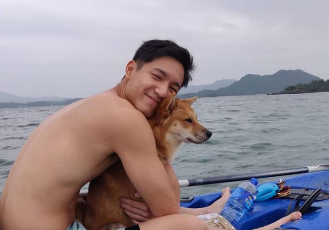 Ngoài chèo thuyền, Chu Lăng Lăng còn có sở thích đạp xe, leo núi trekking, chạy bộ cùng cún cưng.