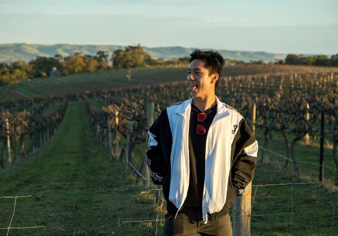Tiếp đó, Ngô Vĩ Hào ghé thăm một trong những vườn nho rộng lớn và nổi tiếng nhất ở thành phố Melboure - nơi được coi là thủ đô rượu vang của Australia. Melbourne nằm ở phía Nam nước này, sở hữu bờ biển dài và đẹp. Khung cảnh bình yên, trái với sự nhộn nhịp của Sydney. Du khách thường đặt tour khám phá những vườn nho cách trung tâm thành phố vài trăm km bằng ô tô hoặc trực thăng, sau đó nếm thử loại rượu vang thượng hạng.
