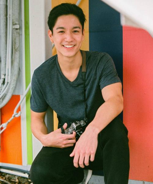 Ngô Vĩ Hào (Ricco Ng) ghi dấu ấn qua một vài vai diễn của TVB, trong đó có Mái ấm gia đình - bộ sitcom 1.000 tập đang được chiếu tại Việt Nam. Nam diễn viên sinh năm 1998 vào vai Chu Lăng Lăng, một anh chàng đam mê nhiếp ảnh. Ngoài đời, Ngô Vĩ Hào cũng là một tay máy có số má và rất đam mê du lịch.